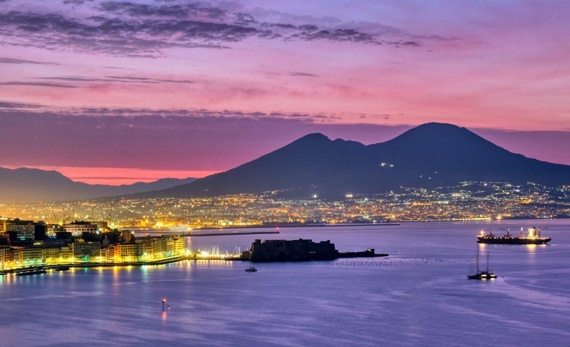 Il Vesuvio e il Golfo di Napoli in una visuale notturna