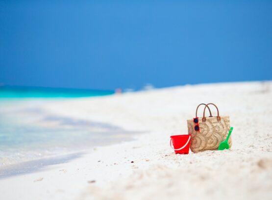 spiaggia con accessori